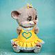 Коллекционная игрушка мышонок в желтом платье, единственный экземпляр, сваляна из овечьей шерсти. Подвижные крепления головы и лап