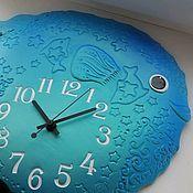 """Часы классические ручной работы. Ярмарка Мастеров - ручная работа Часы из белой глины """"Рыбка-Прекрасная""""/ультрамарин с бирюзой. Handmade."""