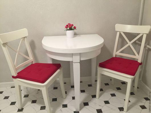 Белый раскладной обеденный стол на трех ногах, четвертая нога выдвижная, является упором для второй части раскладной столешницы. Устойчивый, легко раскладывается.