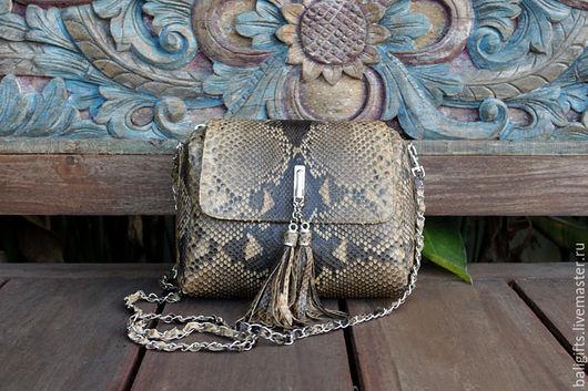 Женская сумочка из натуральной кожи питона коричневая.