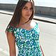 Платье с красивым декольте из итальянского хлопка Max Mara. Модель приспустила одно плечо для кокетства.