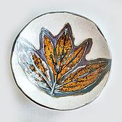 Тарелки ручной работы. Ярмарка Мастеров - ручная работа Оранж и металл: керамическая тарелка с оттиском пиона. Handmade.
