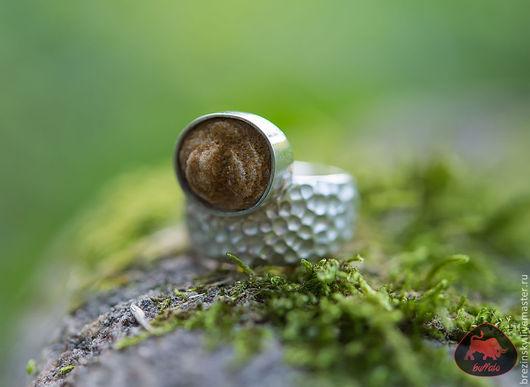 Нежное чудо природы — баритовая «розы пустыни» в новом кольце от нашей мастерской.
