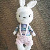 Мягкие игрушки ручной работы. Ярмарка Мастеров - ручная работа Вязаная игрушка заяц в штанишках ручной работы. Handmade.