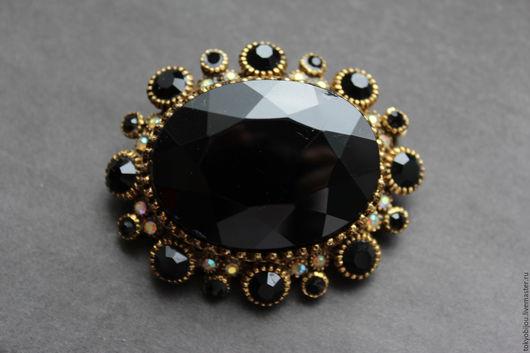 Роскошная, крупная, стильная японская винтажная брошь из металла цвета винтажной латуни, посередине которой блистает шикарный крупный черный ограненный кристалл