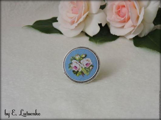 """Броши ручной работы. Ярмарка Мастеров - ручная работа. Купить Брошь с вышивкой """"Белые розы"""" на голубом. Handmade. Комбинированный"""