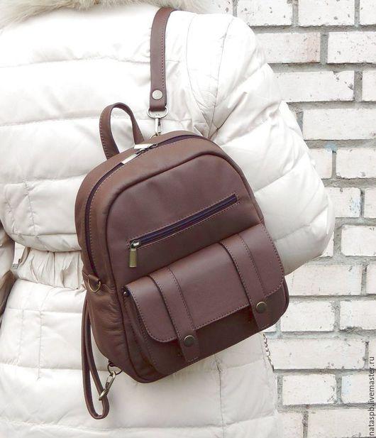 Это универсальное изделие — два в одном: не нужно выбирать, что приобрести сумку или рюкзак  -  утром рюкзак — вечером сумка. А завтра — наоборот!