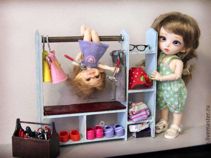 Как сделать вешалку для куклы своими руками