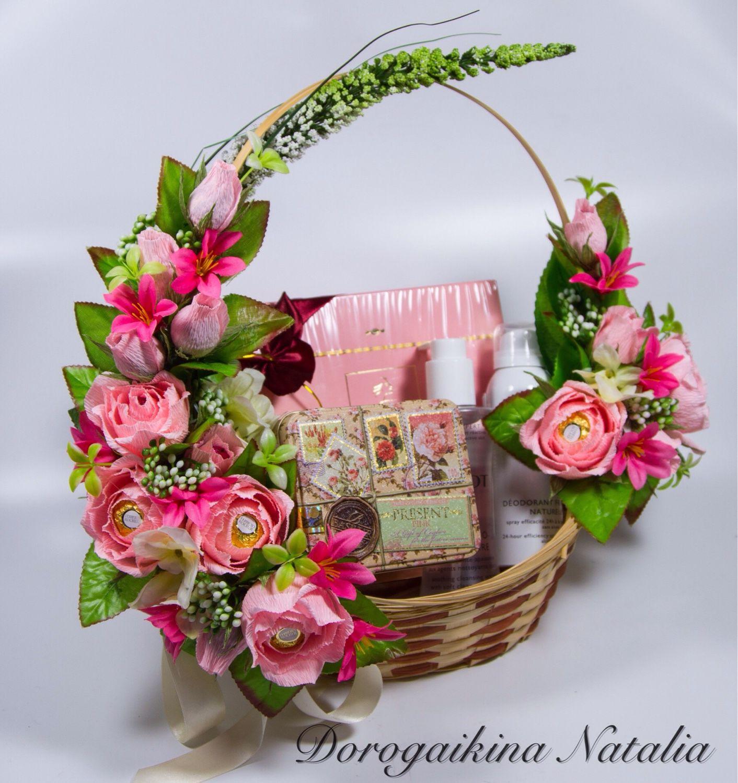 Корзина с конфетами и цветами фото и