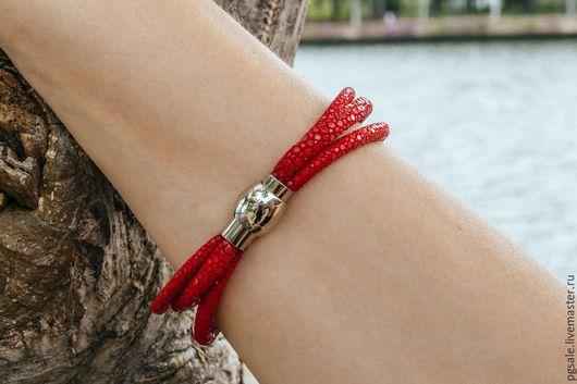 Браслет из кожи ската. Красный браслет. Браслет из кожи. Подарок женщине. Браслет в подарок.