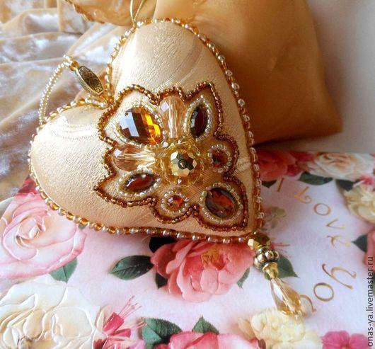 Подарки для влюбленных ручной работы. Ярмарка Мастеров - ручная работа. Купить ЗОЛОТО ЧУВСТВ сувенирное сердце с вышивкой. Handmade.