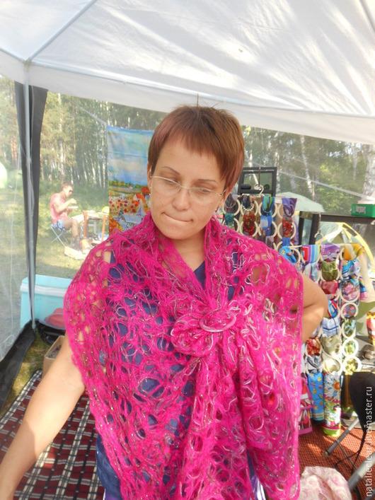 На примере моего шарфика хозяйка киоска на Бажовском фестивале -2015 года  показывает как пользоваться оригинальными кольцами - застёжками.