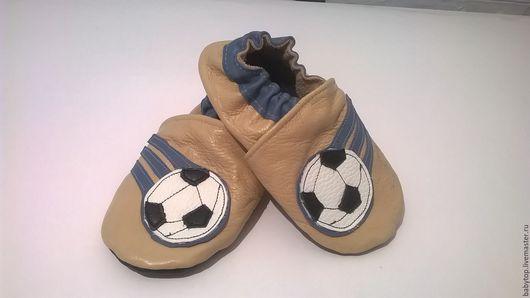 Детские тапочки - чешки.Изготовлены из натуральной кожи.мягкие,удобные в носке.Предназначены  для прогулок в коляске,танцев ,занятие физкультурой и просто как домашние тапочки.
