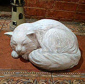 """Скульптура из керамики """"Спящий котик""""."""