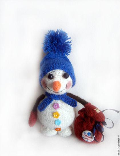 Он не мал и не велик,  Снежно белый снеговик.  У него морковкой нос,  Очень любит он мороз,  В стужу, он не замерзает.  А весна приходит – тает.