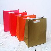 Сувениры и подарки ручной работы. Ярмарка Мастеров - ручная работа Цветные крафт пакеты 23х18х10 с вырубным ручками, цветной крафт пакет. Handmade.
