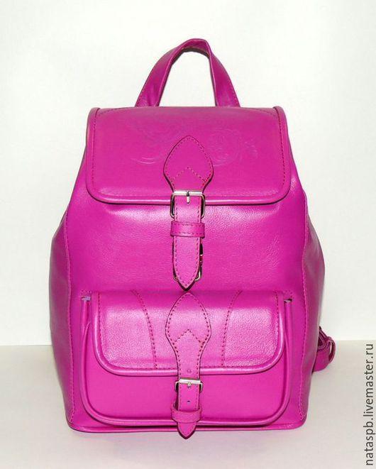 Рюкзак «Виолетта» выполнен из плотной кожи цвета фуксии. Это яркий, стремительный, смелый цвет.