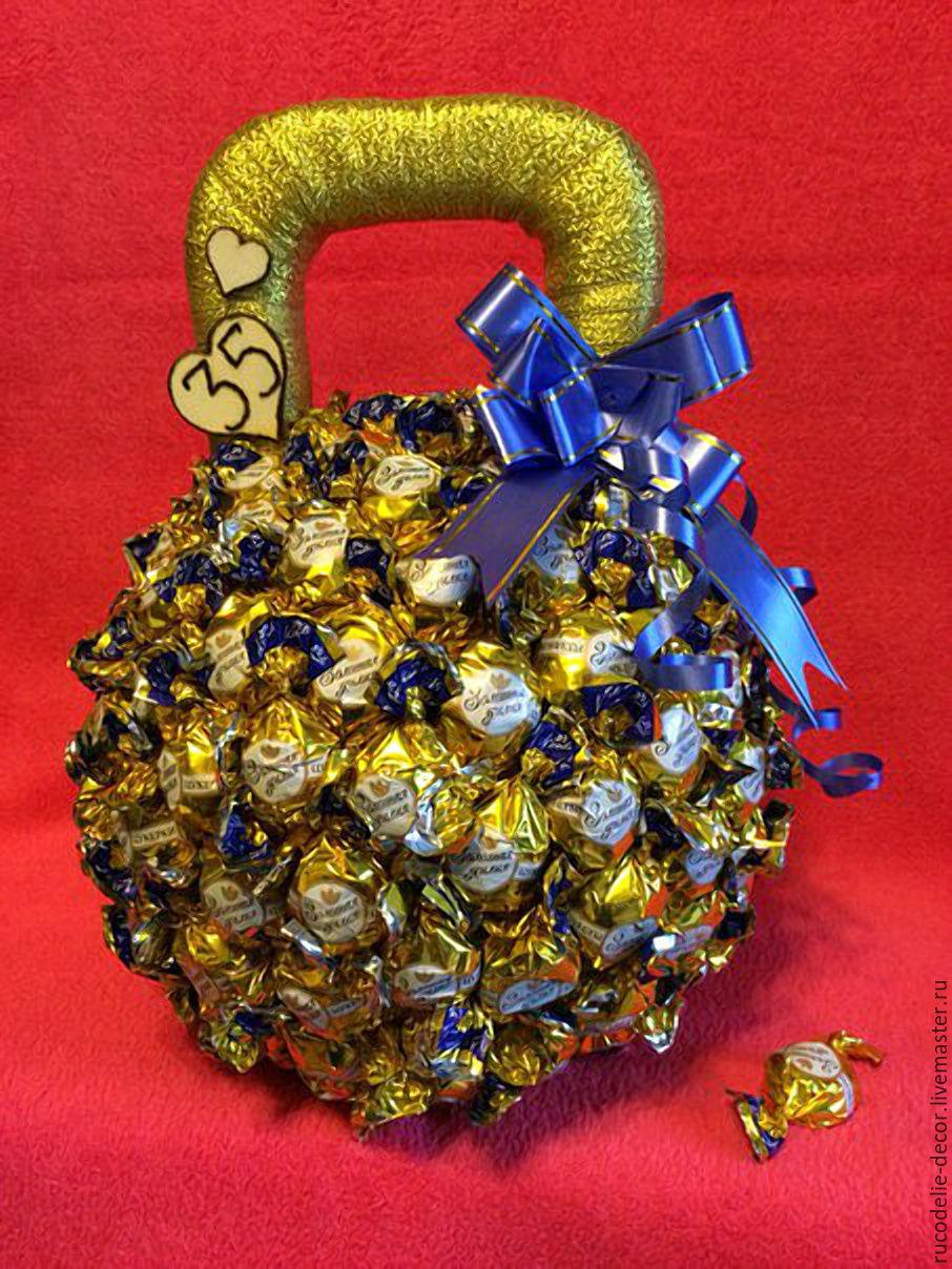 Гантели из конфет пошаговое