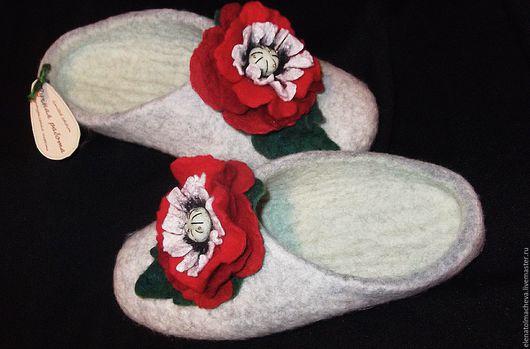 Обувь ручной работы. Ярмарка Мастеров - ручная работа. Купить валяные тапочки ,,Маки''. Handmade. Серый, Красный цветок, маме
