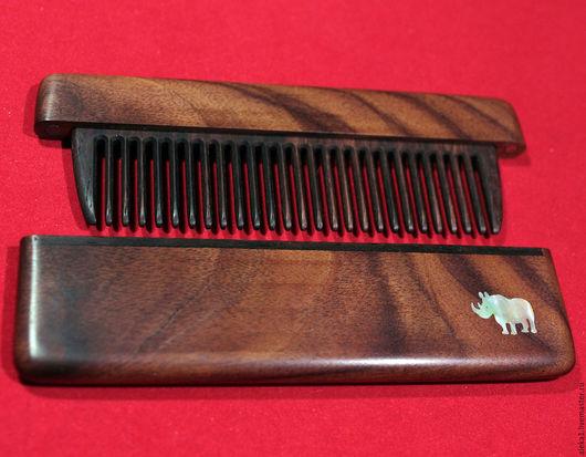 Расческа в футляре из палисандра с инкрустацией натуральным перламутром `Носорог`