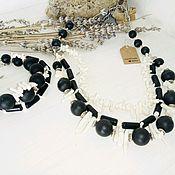 Комплект из натуральных камней - черный оникс и белые кораллы.