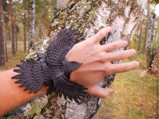 Браслеты ручной работы. Ярмарка Мастеров - ручная работа. Купить Кожаный браслет Ворон в полете. Handmade. Браслет из кожи