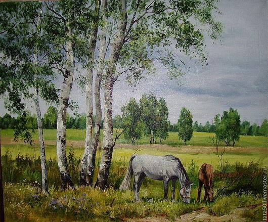 На окраине деревеньки пасутся две лошидки. Под сенью молодых березок мама- лошадь со своим жеребенком. Они щиплют молодую травкуТеплое, но не горячее солнышко пробивается сквозь облака. Я так себе пре