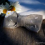 Украшения ручной работы. Ярмарка Мастеров - ручная работа Брошь Любит-не любит, лён, вышивка, галстук-бабочка. Handmade.