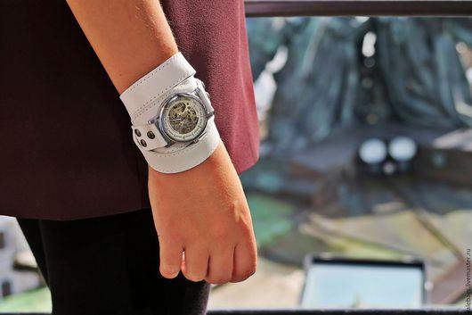 Часы наручные женские, механические. Браслет белый из натуральной кожи.