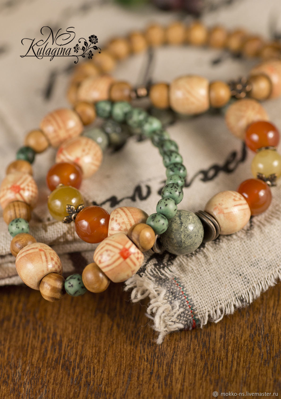 Браслет на резинке с натуральными камнями и деревянными бусинами