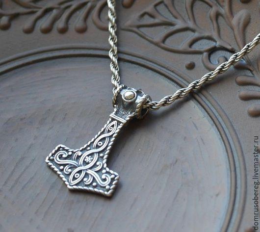 Молот Тора - односторонний. Обратная сторона выполнена в виде `кованного` металла.