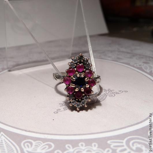 Потрясающей красоты кольцо ручной работы с сапфиром, рубином и фианитами выполнено в винтажном стиле