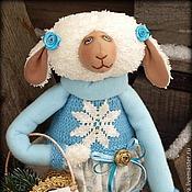 Куклы и игрушки ручной работы. Ярмарка Мастеров - ручная работа Овечка с корзинкой подарков. Год голубой овцы. Интерьерная Игрушка. Handmade.