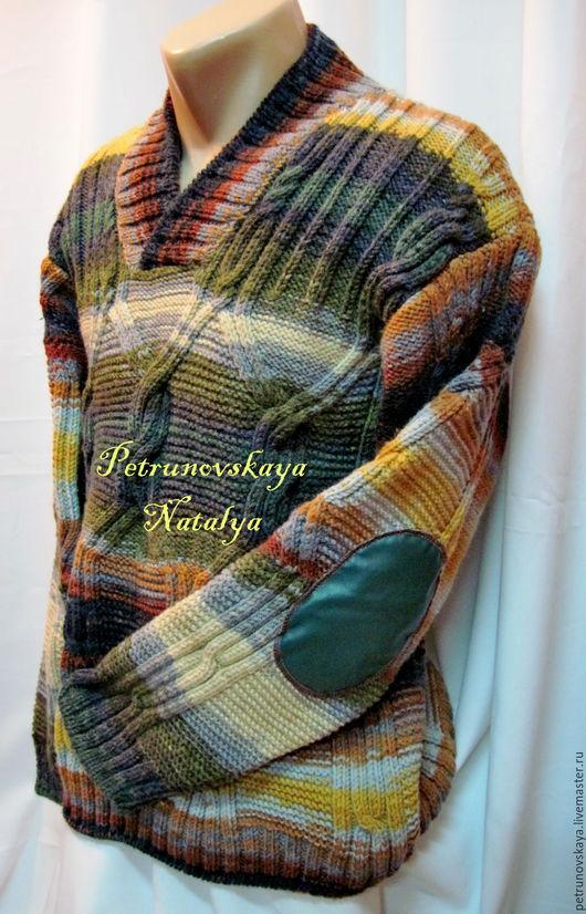 Свитер связан с мягкой полушерстяной нити и подходит для стирки функцией Wool Латки с кож. заменителя на рукавах делают модель совершенной.
