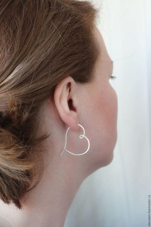 Стильные серебряные серьги сердечки украсят Ваш образ и подчеркнут хрупкость и нежность Вашего образа