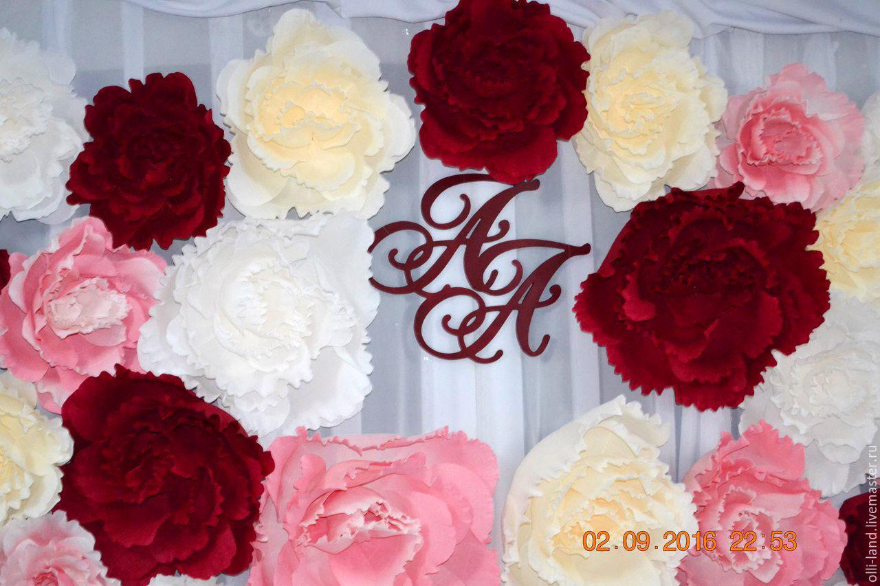 Фото с большими бумажными цветами