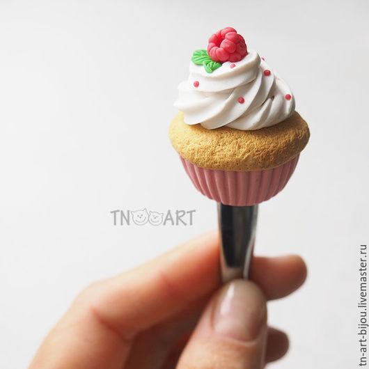 """Ложки ручной работы. Ярмарка Мастеров - ручная работа. Купить Ложка с декором """"Капкейк с малиной"""". Handmade. Кремовый, пироженка пироженое"""