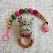 Подарок новорожденному ручной работы. Ярмарка Мастеров - ручная работа Набор Нюша (погремушка и держатель). Handmade.