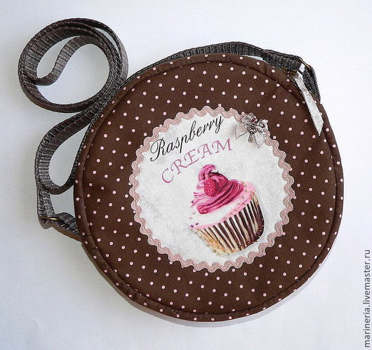 Сумочка сшита из ткани шоколадного цвета в горошек.