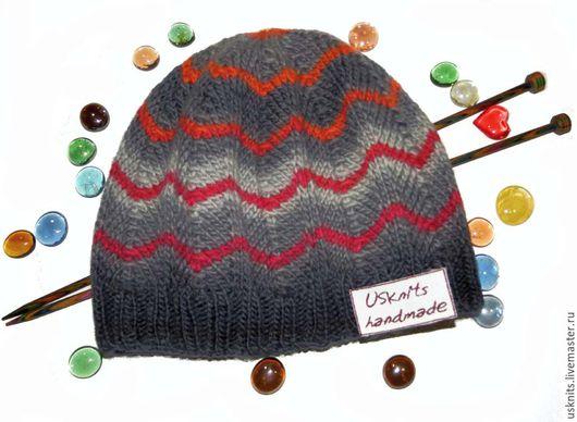 Вязаная  шапка (шапочка) серая с яркими полосками выполнена  из чистошерстяной пряжи. Шапка плотно прилегает по голове, теплая,  мягкая.