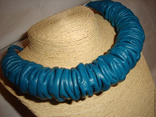 Колье, бусы ручной работы. Ярмарка Мастеров - ручная работа. Купить Колье из натуральной кожи Жмурка Синяя. Handmade. Синий