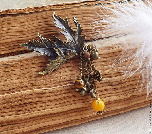 Небольшая изящная брошь из серии Сны о лете.  Брошь выполнена из фурнитуры цвета античной бронзы в виде изящного кленового листочка, подвесок шишек, желудей и бусин. Размер кленового листочка 6х4,5 см
