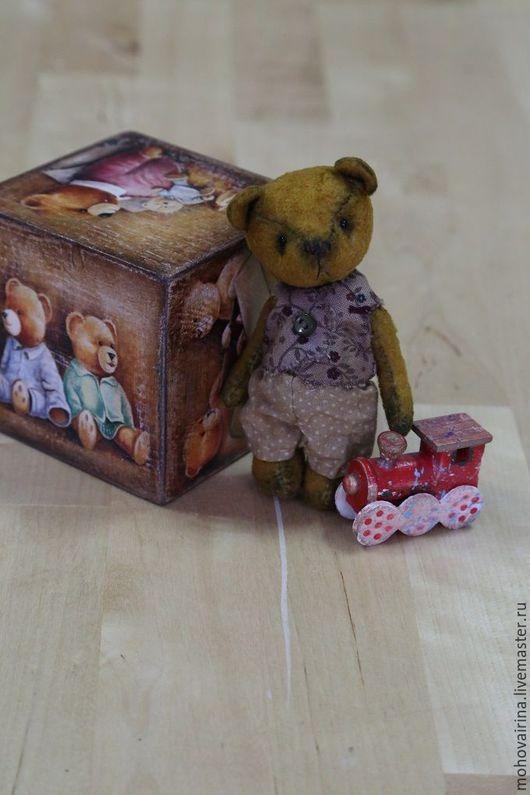 Макар - миниатюра , всего 10 см. в полный рост . Мишка ОЧЕНЬ винтажный , искусственно состарен .