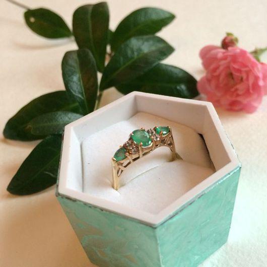Винтажные украшения. Ярмарка Мастеров - ручная работа. Купить Золотое винтажное кольцо с изумрудами и бриллиантами. Handmade. Золотое кольцо, золото