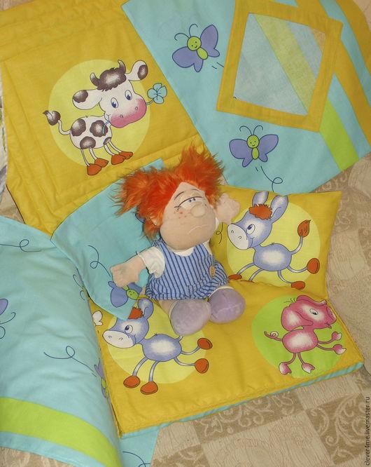 В комплекте 6 предметов: пухленький матрасик, яркая простынка, мягкая подушка, воздушное стёганое одеялко, наволочка на липучках, пододеяльник с окошком.