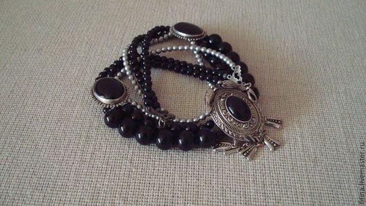 Колье `Назира` из черного агата и чешского искусственного жемчуга серого цвета.