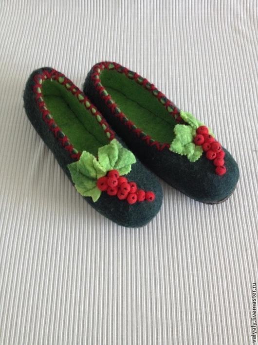 """Обувь ручной работы. Ярмарка Мастеров - ручная работа. Купить Домашние валяные тапочки """"красная смородина"""". Handmade. валяная обувь"""