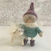 Мягкие игрушки ручной работы. Ярмарка Мастеров - ручная работа Куколка и Овечка. Овечка - брошь. Шерсть. Миниатюрные куколки. Handmade.