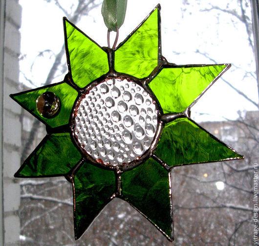 Подвеска `Звезда` выполнена вручную из цветного стекла в технике `тиффани` с использованием хрустальных кристаллов