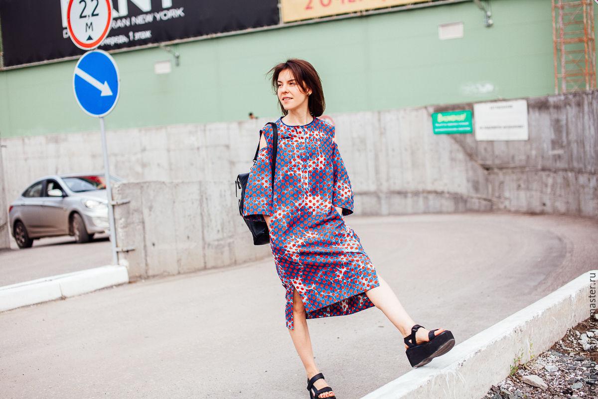 1e4a74df048 Заказать Джинсовое платье в горох с открытыми предплечьями. Polina Benefit.